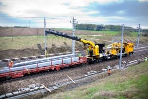 Aufstellen und Abbauen von Eisenbahnfahrleitungsmasten leicht gemacht – PKR 800 auf intelligentem Vielzweckfahrzeug