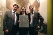Energy Globe_Gerald Lackinger, Julia Ganglbauer und Johannes Mayrhuber mit der Urkunde der Kategorie Feuer
