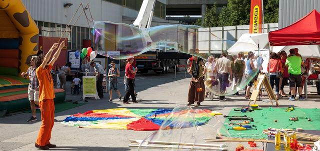 Drive for a smile: Clowns und Cars zu Gast bei PALFINGER