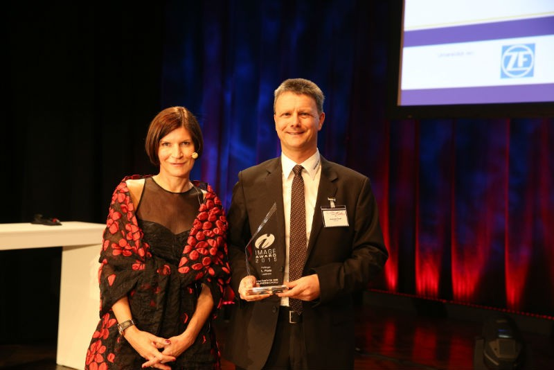 Birgit Bauer bei der Preisübergabe an Andreas Treml