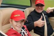 Kind und Sportwagen