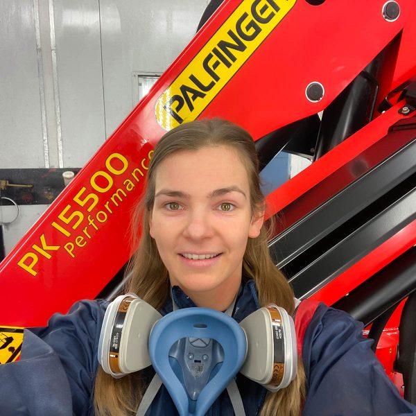 Johanna Teufl - 1. Lehrjahr Lackiertechnikerin - mit einem Selfie von ihrem Arbeitsplatz